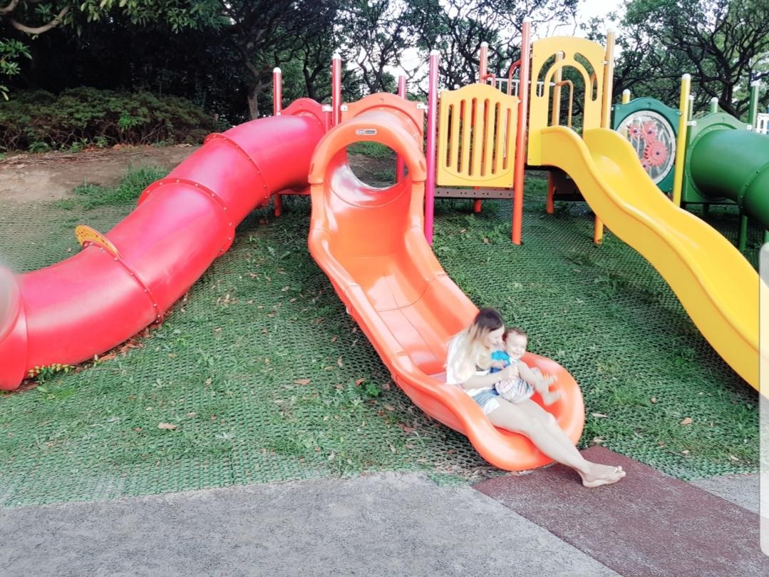 N-ai vrea să te dai pe toboganul din parc cu copilul tău?