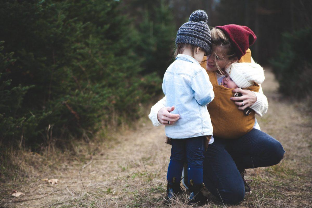 """Să ne consolăm copiii când se lovesc şi plâng cu vorbe bune, nu cu """"ţi-am spus eu!"""""""