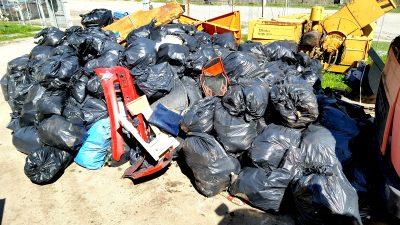 Să fim mândri de noi. Am adunat peste 400 de saci de deşeuri