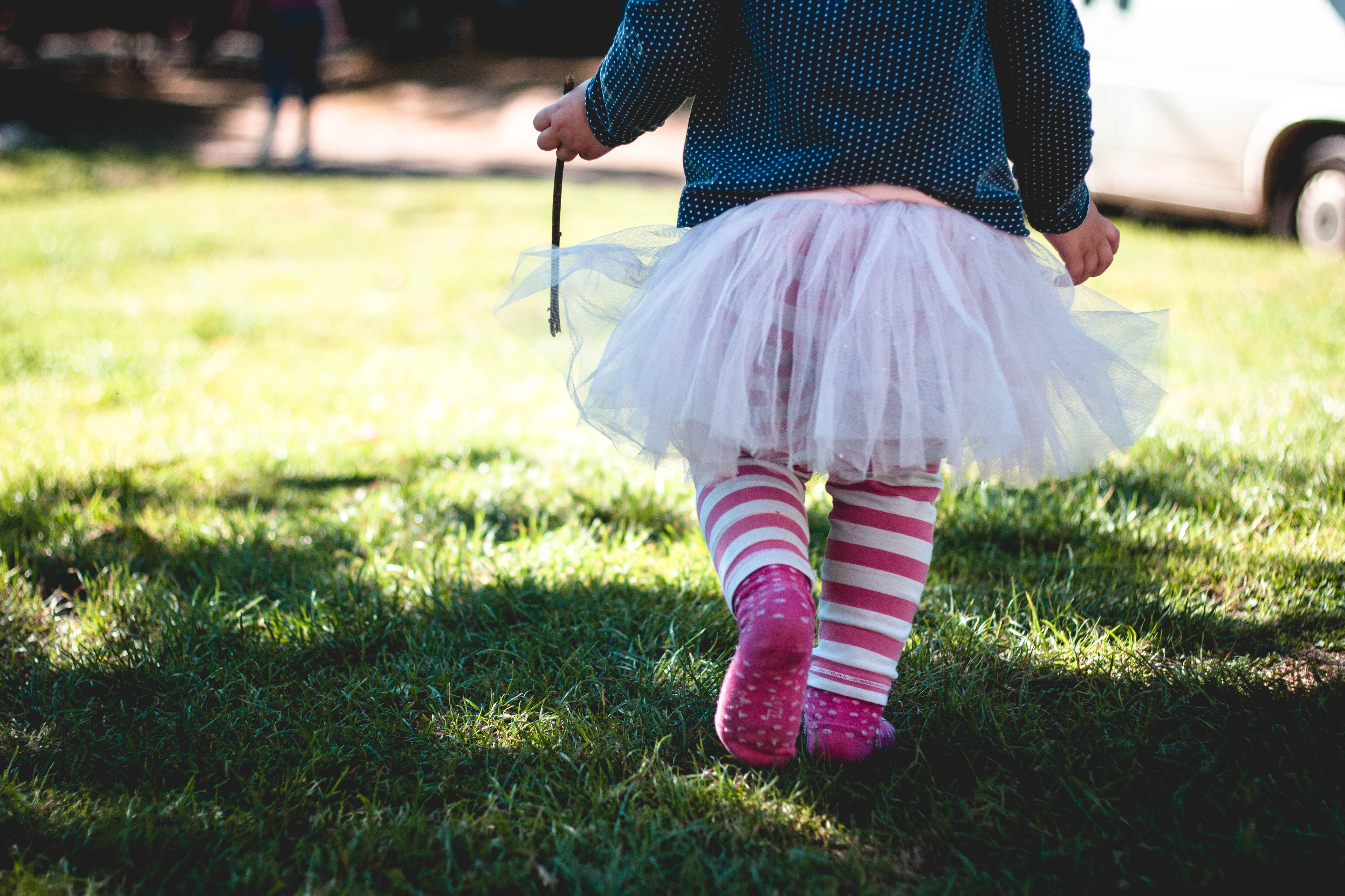 Le arătăm copiilor cum e lumea, dar să îi învăţăm şi cum ar trebui să fie