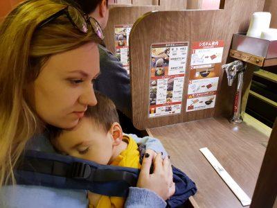 Când copilul doarme în brațele tale, timpul şi grijile stau pe loc