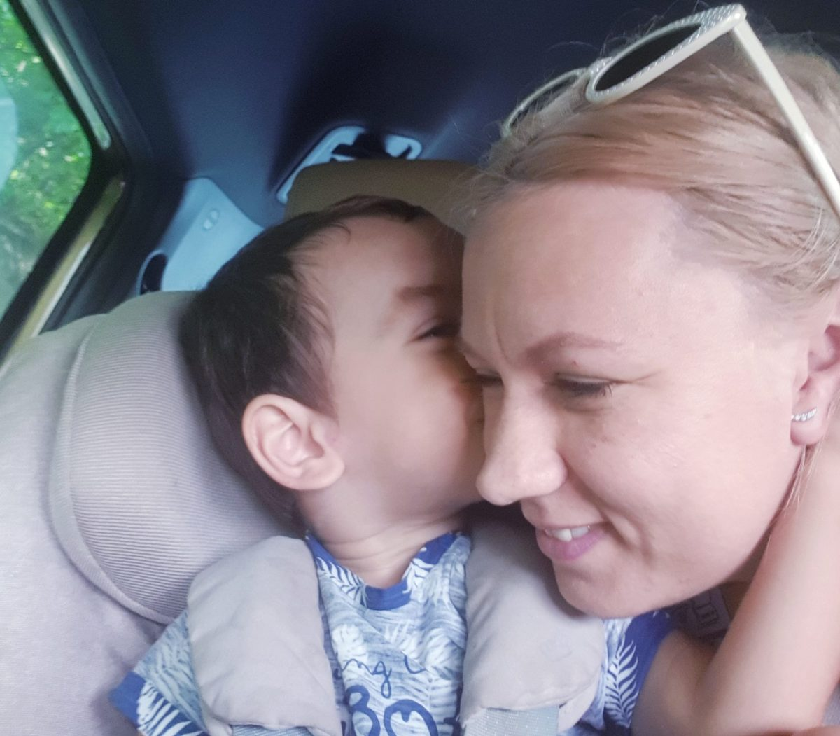 Copiii trebuie să stea în scaunul auto, nu în brațele noastre!