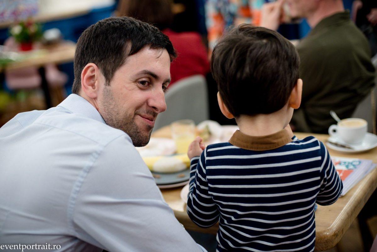 Copiii pot fi un mare test într-o căsnicie, iar comunicarea este cheia pentru nota de trecere