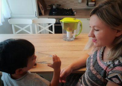 Copiii sunt fericiţi când ţopăie, se caţără şi aleargă până transpiră! Să nu uităm să îi hidratăm (P)