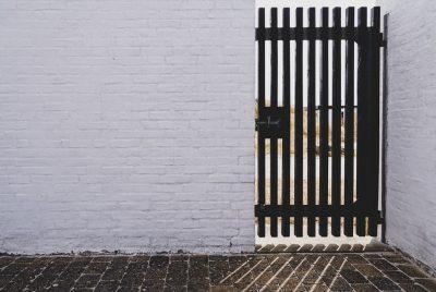 """""""Bine, dacă nu vii în casă, atunci să rămâi afară singur"""", i-a zis şi i-a încuiat poarta în nas"""