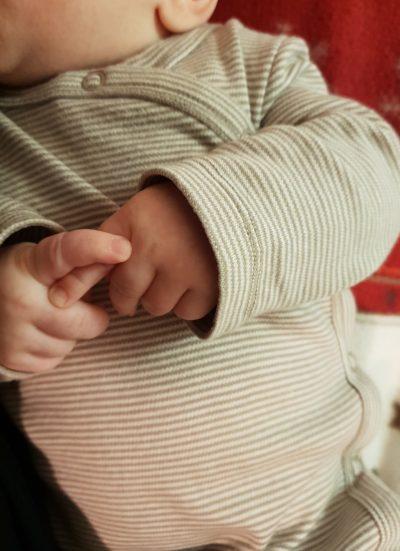 Cel mai frumos copil din lume stă lipit de pieptul fiecărei mame