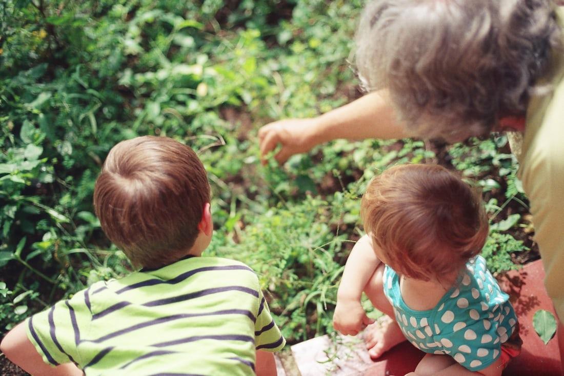 Fericiți părinții şi copiii cu bunici la țară. Aici, copiii se cresc mai uşor
